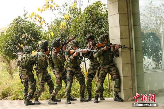 印方参训官兵进行接近任务区域训练。王述东 摄