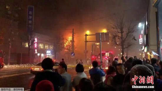 当地时间2018年12月16日,日本札幌当地一家酒吧发生爆炸。目前爆炸已致40余人受伤。事发建筑物目前已经倒塌,几乎被夷为平地。虽然消防正在进行灭火,但火势依然凶猛,碎玻璃等也散落在周边地区。