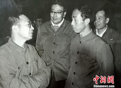 图为陈景润(左一)在科学大会代表住地。中新社记者 郭建 摄