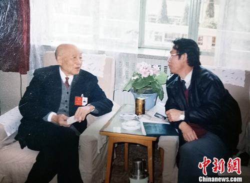 图为郭建(右)采访数学大师苏步青。中新社发 郭建供图 摄