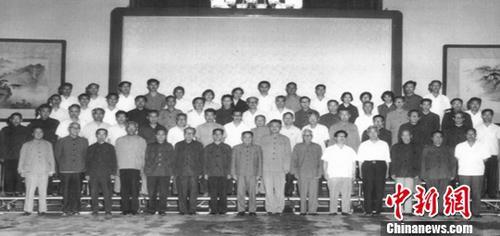 """《中国的大趋势》作者温元凯近日接受记者采访时再谈""""中国大趋势"""",认为中国改革开放的最大趋势,就是创造财富,让人民过上更加美好的生活。图为温元凯1977年8月参加科教座谈会时照片。<a target='_blank' href='http://www.chinanews.com/'>中新社</a>发 温元凯供图"""