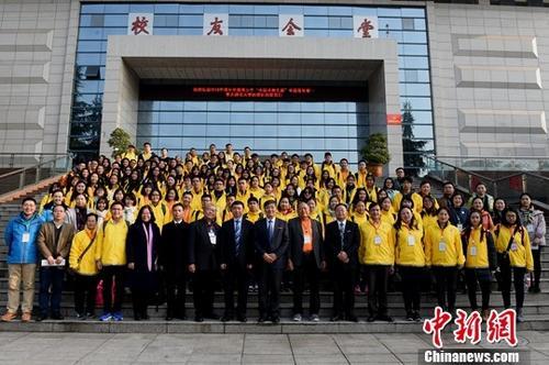 """资料图:2018年12月17日,海外华裔青少年""""中国寻根之旅""""中国音乐营—重庆师范大学营在重庆师范大学开营。来自马来西亚、澳大利亚和印度尼西亚的120名华裔青少年及领队,将在重庆踏上15天的""""中国寻根之旅""""。本次活动由中国国务院侨办主办。图为百余名海外华裔青少年及领队在开营仪式结束后合影留念。<a target='_blank' href='http://www.chinanews.com/'>中新社</a>记者 周毅 摄"""