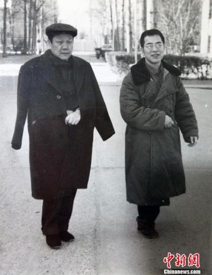 图为陈景润(右)和恩师沈元科学大会喜相逢。中新社记者 郭建 摄