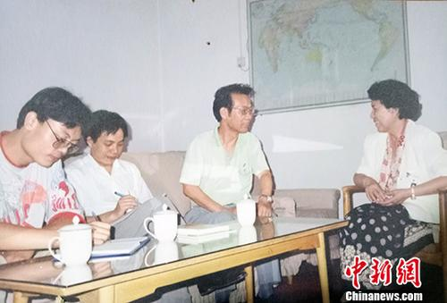 图为郭建(右二)采访时任中央统战部常务副部长万绍芬。中新社发 郭建供图 摄