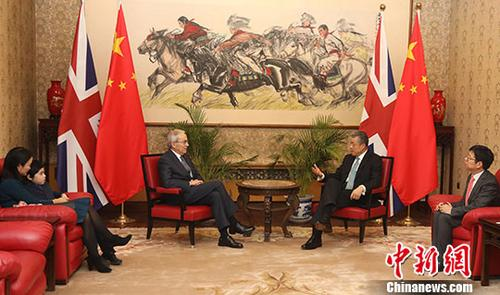 当地时间12月17日,中国驻英国大使刘晓明在中国驻英国大使馆向诺贝尔经济学奖得主、伦敦政治经济学院教授克里斯托弗?皮萨里德斯颁发生物识别签证。这是中国驻英国使领馆颁发出的首张生物识别签证。图为刘晓明(右二)与皮萨里德斯(左二)等交谈。中新社发 使馆供图 摄