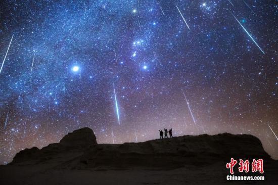 """资料图:近日,北半球三大流星雨之一——""""双子座流星雨""""极大期如约而至,每小时约数百颗流星划过夜空,成为宇宙中绽放的最美烟火秀。而在当晚,星空摄影师们也用镜头记录了这绝美的瞬间。在青海省海西州雅丹魔鬼地域中,摄影师们还拍摄到了流星与金星的完美偶遇瞬间。据天文专家介绍,双子座流星雨来自编号3200Phaeton的石质小行星,也是最年轻的流星雨之一,直到1862年才被人们注意。汤珺琳 摄"""