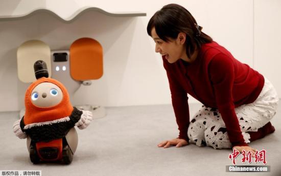 """当地时间2018年12月18日,日本东京,日本科技公司GROOVE X发布最新研发的治愈系机器人LOVOT,这款以爱为名(LOVOT=LOVE × ROBOT)的机器人具有情感治愈功能,可以通过内置的人工智能系统解读人类情绪。LOVOT机器人将于2019年秋季上市。值得一提的是,GROOVE X公司的创始人兼CEO是软银人形机器人""""Pepper""""的开发者Kaname Hayashi,LOVOT机器人是他研发的又一款智能机器人。"""