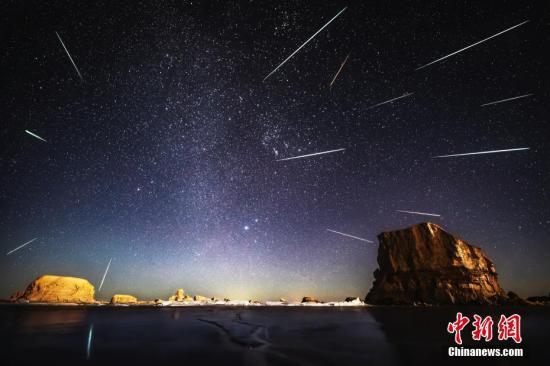 青海海西乌素特水上雅丹的流星雨。朱剑男 摄