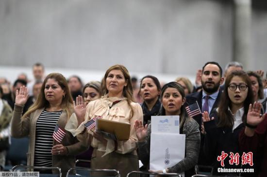 资料图:当地时间2018年12月19日,美国洛杉矶,来自100多个国家的6000多名移民参加入籍仪式。