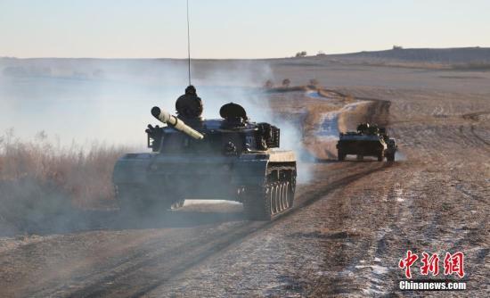 图为战车开进训练场。<a target='_blank' href='http://www.chinanews.com/'>中新社</a>记者 吕品 摄