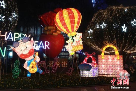 资料图:重庆一商圈灯光秀。<a target='_blank' href='http://www.chinanews.com/'>中新社</a>发 苏自刚 摄