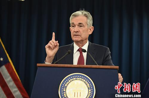 当地时间12月19日,美国联邦储备委员会宣布将联邦基金利率目标区间上调25个基点到2.25%至2.5%的水平,这是美联储今年以来第四次加息。图为美联储主席鲍威尔当天出席发布会,并回答记者提问。中新社记者 陈孟统 摄