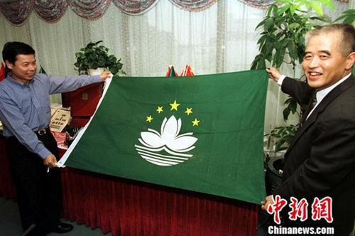 1999年5月6日,用中国国家标准制造的中国国旗、国徽与澳门特区区旗、区徽在澳门亮相。中新社发 毛建军 摄