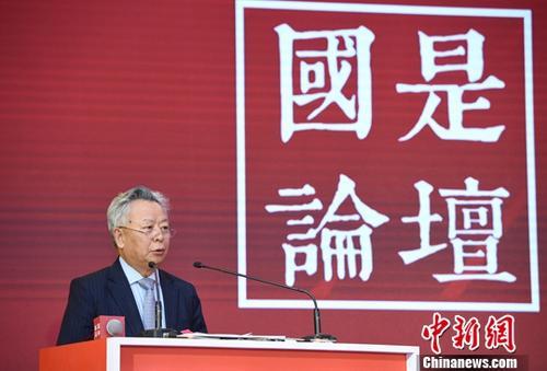 """12月20日,由中国新闻社主办的""""国是论坛""""2018年会在北京举行,本次年会的主题是""""新时代・改革开放""""。图为亚洲基础设施投资银行行长金立群作主旨演讲。<a target='_blank' href='http://www-chinanews-com.zgxycb.com/'>中新社</a>记者 侯宇 摄"""