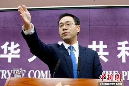 """12月20日,中国商务部在北京举行例行新闻发布会,发言人高峰称,中美将根据磋商进展需要,随时安排包括会面、通话在内的磋商,推动落实元首会晤共识。高峰强调,中美两个大国在经贸领域的共同利益远大于分歧,""""经贸合作在中美关系中的'压舱石'作用不会改变,中美经贸关系互利共赢的本质不会改变""""。<a target='_blank' href='http://www.chinanews.com/'>中新社</a>记者 李慧思 摄"""