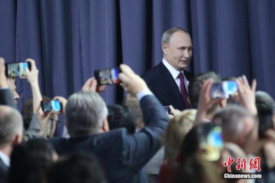 内地时间12月20日,俄罗斯总统普京在莫斯科进行大型年度记者会。普京进行年度记者会的传统始于2001年。本年是普京开启第四个总统任期以来的首次年度记者会,共一连了3小时40多分钟。期间,普京答复了53名记者提问,内容涉及海内政策、经济成长、国际形势和双边干系等多个方面。中新网记者 王修君 摄