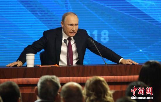 当地时间12月20日,俄罗斯总统普京在莫斯科举行大型年度记者会。普京举行年度记者会的传统始于2001年。今年是普京开启第四个总统任期以来的首次年度记者会,共持续了3小时40多分钟。期间,普京回答了53名记者提问,内容涉及国内政策、经济发展、国际形势和双边关系等多个方面。中新社记者 王修君 摄
