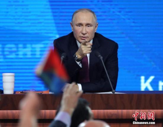 本地工夫12月20日,俄罗斯总统普正在莫斯科举办年夜型年度记者会。普举办年度记者会的传统初于2001年。本年是普开启第四个总统任以去的初次年度记者会,共持了3小时40多分钟。时期,普答复了53名记者发问,内容触及海内政策、经济开展、国际情势战单边干系等多个。a target='_blank' href='http://www.chinanews.com/'种孤社/a记者 王建君 摄