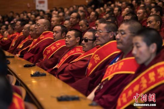 12月21日,西藏官方在拉萨举走会议,外彰2018年度模范寺庙、特出僧尼。西藏自治区哲蚌寺等70座寺庙、旦添格桑等7034名僧尼获得外彰。中新社记者 何蓬磊 摄