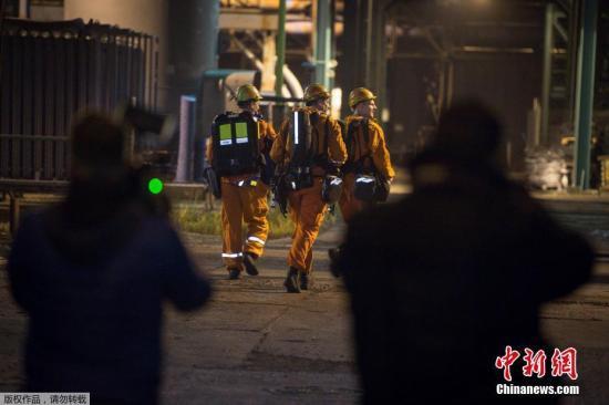 当地时间12月20日,捷克救援人员搜寻在煤矿爆炸事件中失踪的矿工。当日,位于捷克东部的CSM煤矿发生瓦斯爆炸事故,造成至少5人死亡,10人受伤,8人失踪。 据经营这家煤矿的OKD公司发言人Ivo Celechovsky介绍,爆炸事故发生在下午5点以后,约在地下800米附近。目前,搜救仍然继续。