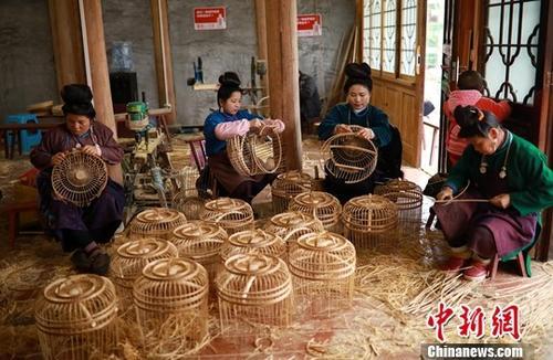 妇女学习鸟笼编织技艺(资料图)。中新社发 黄晓海 摄
