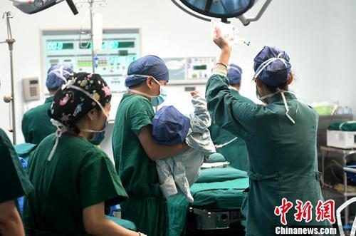 材料图:护士为患者筹办脚术。a target='_blank' href='http://www.chinanews.com/'中新社/a记者 吕明 摄