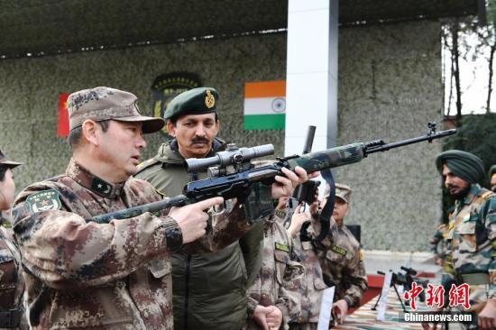 """12月22日,""""携手-2018""""中印陆军反恐联合训练在成都圆满落幕。图为装备展示。 安源 摄"""
