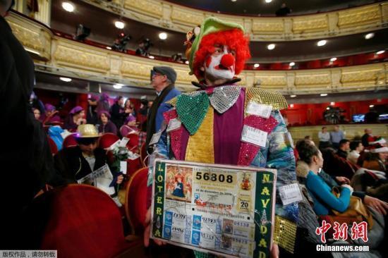 """当地时间2018年12月22日,西班牙马德里,西班牙年终彩票大奖""""大胖子""""彩票(El Gordo)将在马德里皇家歌剧院公布结果。"""