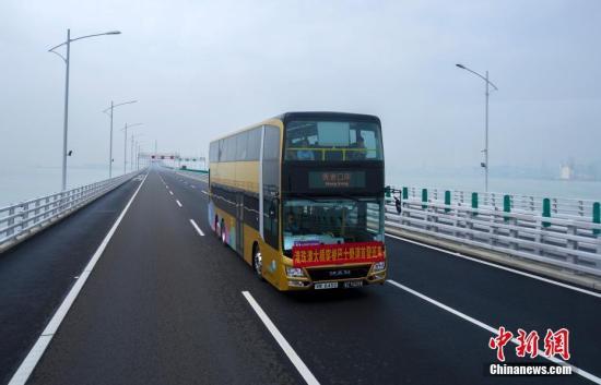 资料图:一辆港珠澳大桥穿梭巴士行驶在大桥上。 中新社记者 张炜 摄