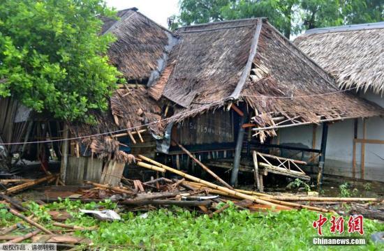 苏托波称,海啸发生于雅加达时间22日21时27分,受灾最严重的是万丹省的西冷、板底兰以及楠榜省部分海岸地区。他还表示,此次海啸导致数百座房屋受损,2人失踪。据当地救灾官员发布的片段所见,海啸过后当地房屋被水淹没,而街上也满布被洪水冲翻的汽车,可谓一片狼藉。