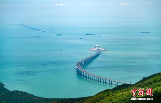 资料图:2018年7月17日从香港大屿山向西拍摄的港珠澳大桥雄姿,如巨龙卧波,腾飞在即。 中新社记者 张炜 摄
