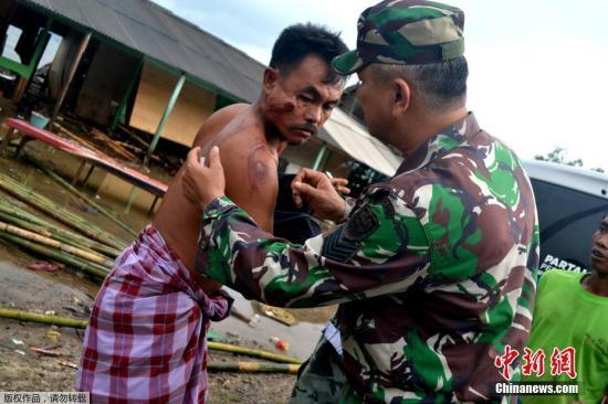 印尼西部巽他海峡22日晚发生海啸。海啸发生时当地没有监测到地震活动,初步怀疑海啸是由喀拉喀托火山喷发引发海底岩层滑坡和月圆引发涨潮共同所致。图为海啸过后受伤民众在接受及治疗。