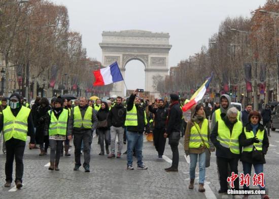 当地时间12月22日,新一轮示威在巴黎进行,众多示威者在凯旋门聚集。这是巴黎连续第6个周六遭遇示威,当天仍有2000人走上巴黎街头抗议。 <a target='_blank' href='http://www.chinanews.com/'>中新社</a>记者 李洋 摄