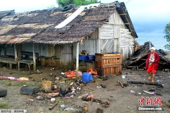 资料图:当地时间22日晚,印尼巽他海峡发生海啸,根据印尼国家减灾署发言人苏托波公布的最新数据,海啸已经导致至少43人遇难,数百人受伤,海峡附近的万丹省受害最为严重。印尼气象气候地球物理局表示,此次海啸并非地震引起,而很可能是喀拉喀托火山(Krakatoa)活动加上满月潮汐的双重现象所引起。