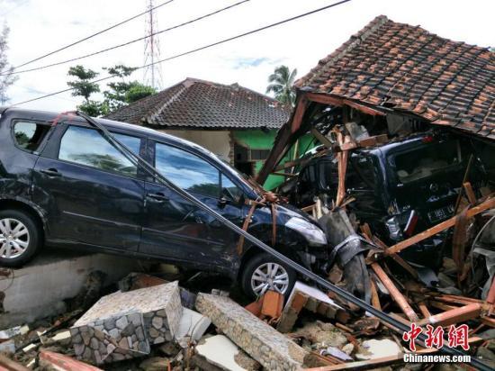 当地时间12月24日早晨,通过一个众幼时的滂沱大雨后,天突然转晴。中新网记者与驰援搜救的印尼国民军一道,沿万丹省西海岸公路不息南下,挺进巽他海峡海啸重灾区。在一个叫Sukarame 的乡下,只见距海边近百米周围内的房屋或十足倒塌或主要损毁,电线杆变压器倒地,被海浪冲毁的各栽汽车或卡在树间或趴上残墙,一起所见满现在疮痍,能够用惨不忍睹形容。印尼军队一到现场即投入倒塌房屋废墟的搜救,在一些地方还行用了发掘机等重型死板。印尼国家电网的工人一大早就忙偏重竖电线杆架设线路,一些灾民则在自家被损毁的房屋无奈地追求些仍可行使的物品。据当地一个一时援助点的做事人员介绍,万丹省地方当局在灾区共竖立了7个援助中...
