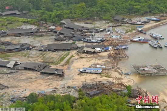 当地时间12月24日,从空中鸟瞰印尼巽他海峡海啸灾区,船只上岸,房屋倒塌,现场一片狼藉。据外媒援引印尼国家搜救局(Basarnas)的数据报道,巽他海峡海啸事件已造成334人遇难。