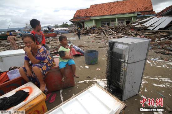 当地时间12月24日,印度尼西亚巽他海峡海啸发生两天后,幸存者返回被海啸损坏的房屋追求可用物品。据报道 ,现在因海啸造成的物化亡人数已经升至281人,另有逾千人受伤。印尼当局、军队、红十字会以及自愿者所构成的声援队伍正在灾区开展搜救做事。