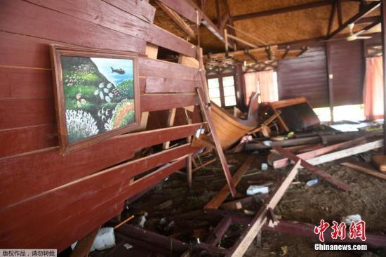 当地时间12月24日,印尼巽他海峡海啸救援工作展开,印尼政府、军队、红十字会以及志愿者所组成的救援队伍正在灾区开展搜救工作。图为当地一度假村内破损的墙壁上挂着海洋主题的油画。