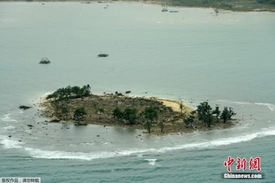 当地时间12月24日,从空中俯瞰印尼巽他海峡海啸灾区,船只上岸,房屋倒塌,现场一片狼藉。据外媒援引印尼国家搜救局(Basarnas)的数据报道,巽他海峡海啸事件已造成334人遇难。