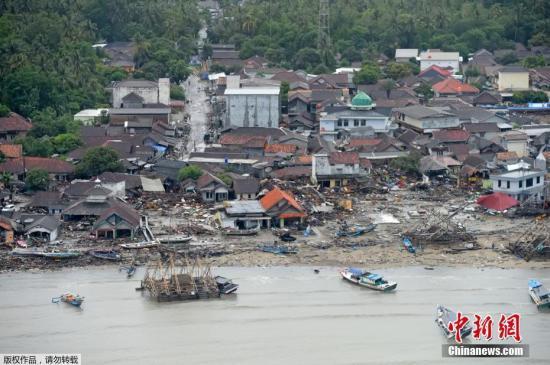 当地时间12月24日,从空中鸟瞰印尼巽他海峡海啸灾区,船只上岸,房屋倒塌,现场一片狼藉。据表媒援引印尼国家搜救局(Basarnas)的数据报道,巽他海峡海啸事件已造成334人遇难。