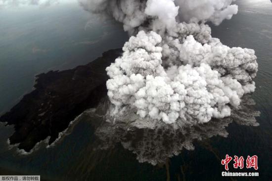 喀拉喀托火山是多次火山喷发形成的火山岛群,最高海拔800多米,水上面积大约10.5平方千米。据记载1883年喀拉喀托火山大爆发就曾引发大海啸,据称当时摧毁了数百个村庄和城市,造成三万多人遇难。