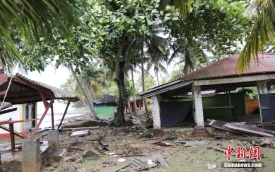 当地时间22日晚,印尼巽他海峡发生海啸,造成万丹省海边居民和游客重大人员伤亡,数百栋房屋被毁。图为海啸过后现场。中新社记者 林永传 摄