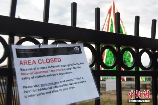 """当地时间12月23日,受政府""""关门""""影响,位于白宫前的国家圣诞树区域因""""政府拨款缺失""""关闭。中新社记者 沙晗汀 摄"""
