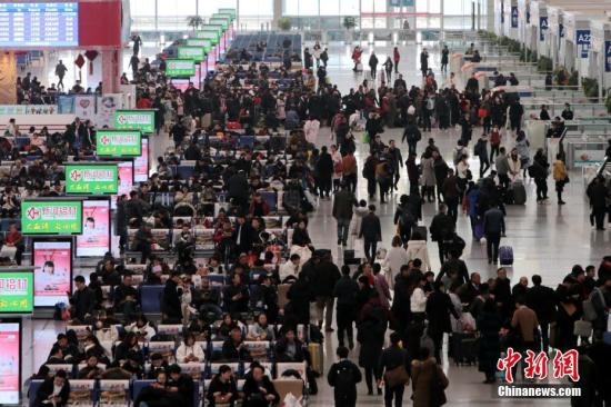 资料图:西安北车站内人头攒动。<a target='_blank' href='http://www-chinanews-com.withyoungae.com/'>中新社</a>记者 张远 摄
