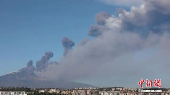 当地时间2018年12月24日,意大利卡塔尼亚,世界最活跃的火山之一埃特纳火山于当日再度喷发,大量火山灰被喷向天空,当地机场被关闭。