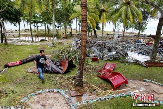 当地时间2018年12月24日,印尼万丹,遭印尼海啸攻击的音笑会现场一片狼藉。印尼西部巽他海峡附近22日晚发生的海啸造成了主要人员伤亡和财产亏损。在这次海啸发生时,一场露天音笑会正在海边进走,在舞台上外演的笑队转瞬被海浪冲走。