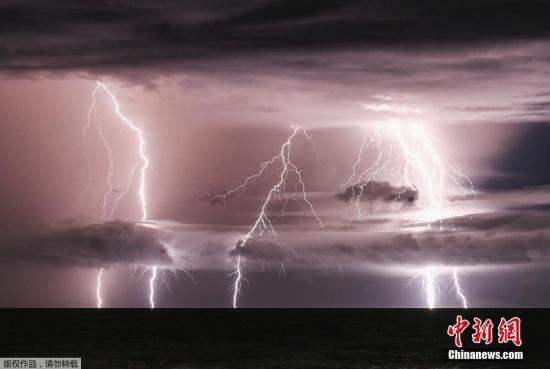 当地时间2018年12月25日,印尼楠榜,闪电照亮了喀拉喀托火山地带上空。由于火山频繁喷发,伴随着火山尘埃活动出现的闪电现象增多。