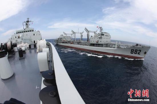 图为2010年7月,中国海军第六批护航编队,海军万吨级作战舰艇首次远洋补给成功。中新社发 钟魁润 摄