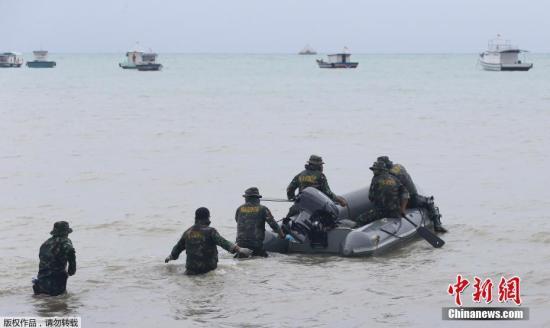 印尼海军已派出船只搜寻遇难者遗体和幸存者。当天在海上和一个小岛上发现了几具遇难者遗体。