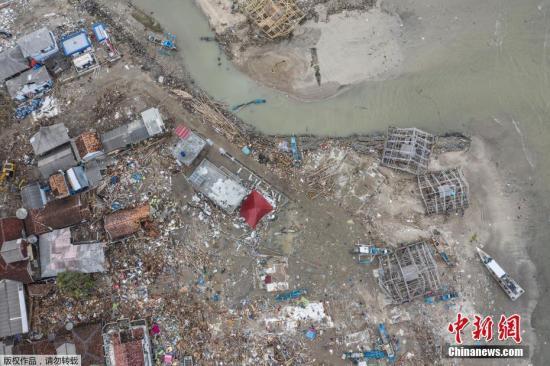 印尼武士、当局人员及自愿者不息在灾区搜索及修整瓦砾。